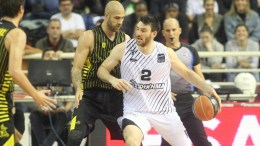 FILE PHOTO: Ο παίκτης του ΠΑΟΚ, Όουεν Κλάσεν (Κ), διεκδικεί την μπάλα από τον παίκτη του Άρη, Παναγιώτη Βασιλόπουλο (2Α), κατά τη διάρκεια του αγώνα μπάσκετ ΠΑΟΚ-Άρης για την 5η αγωνιστική της Basket League, που διεξήχθη στο κλειστό γήπεδο του ΠΑΟΚ, Θεσσαλονίκη, Σάββατο 11 Νοεμβρίου 2017. Ο αγώνας έληξε με σκορ 63-57. ΑΠΕ-ΜΠΕ. PIXEL. ΣΩΤΗΡΗΣ ΜΠΑΡΜΠΑΡΟΥΣΗΣ