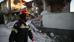 File Photo: Πυροσβέστης περνάει δίπλα από τα ερείπια, στο χωριό Βρίσα στη νότια Λέσβο, όπου έχουν καταρρεύσει πολλά σπίτια, μετά το σεισμό, μεγέθους 6,1 βαθμών της κλίμακας ρίχτερ τη Δευτέρα 12 Ιουνίου 2017.  ΑΠΕ- ΜΠΕ, ΟΡΕΣΤΗΣ ΠΑΝΑΓΙΩΤΟΥ