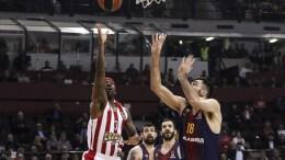Ο παίκτης του Ολυμπιακού, Booby Brown (Α), που έχει την κατοχή της μπάλας ενώ τον μαρκάρει ο παίκτης της Μπαρτσελόνα Pierre Oriola (Δ) κατά τη διάρκεια του αγώνα μπάσκετ Ολυμπιακός - Μπαρτσελόνα, για τη 26η αγωνιστική της EuroLeague, που διεξήχθη στο Στάδιο Ειρήνης και Φιλίας, Νέο Φάληρο, Πέμπτη 15 Μαρτίου 2018. Τελικό αποτέλεσμα Ολυμπιακός - Μπαρτσελόνα 63-90. ΑΠΕ-ΜΠΕ. ΓΕΩΡΓΙΑ ΠΑΝΑΓΟΠΟΥΛΟΥ