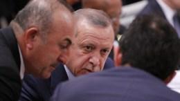 File Photo: Ο Μεβλούτ Τσαβούσογλου, ακούει προσεκτικά τις οδηγίες του Ταγίπ Ερντογάν κατά τη διάρκεια της Συνόδου των G20 EPA, THORSTEN GUTSCHALK