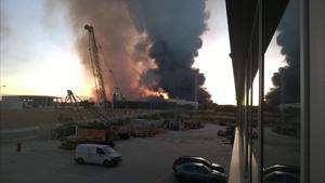Nube tóxica provocada por el incendio en una planta ilegal de residuos en Chiloeches. // Foto: Henares al día