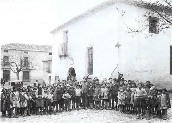 Niños y niñas de los colegios de Valdepeñas de la Sierra (Guadalajara). Foto de Tomás Camarillo. 1934.