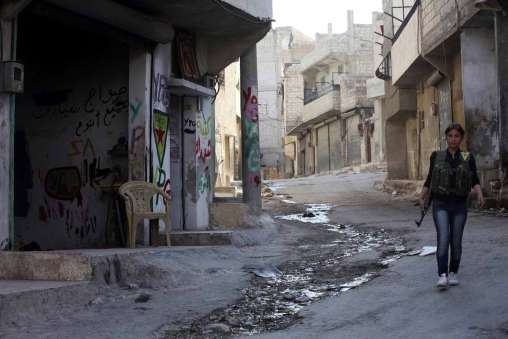 Девушка из YPG на улицах района Шейх Максуд (Алеппо)