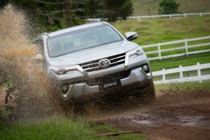 Toyota SW4 enfrenta o asfalto e a lama
