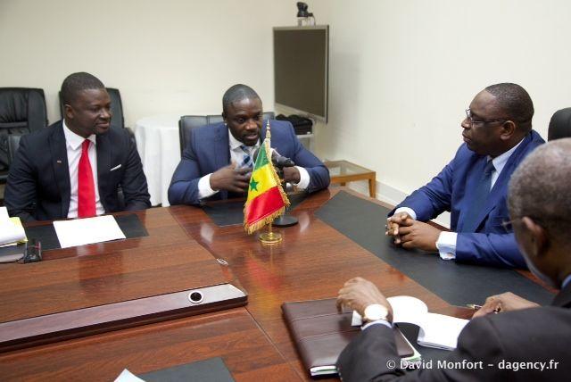 Akon speaking with President Macky Sall of Senegal.