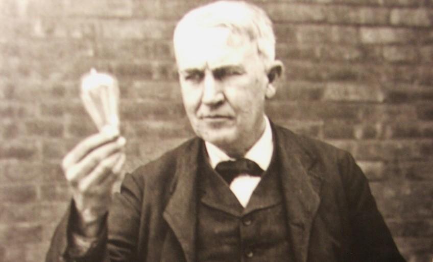 Thomas Alva Edison met een gloeilamp