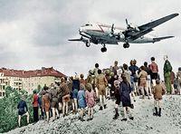 Een C-54 landt in 1948 op vliegveld Tempelhof