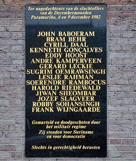 Plaquette ter nagedachtens aan de slachtoffers bij de Mozes en Aäronkerk in Amsterdam – Foto: CC/Brbbl