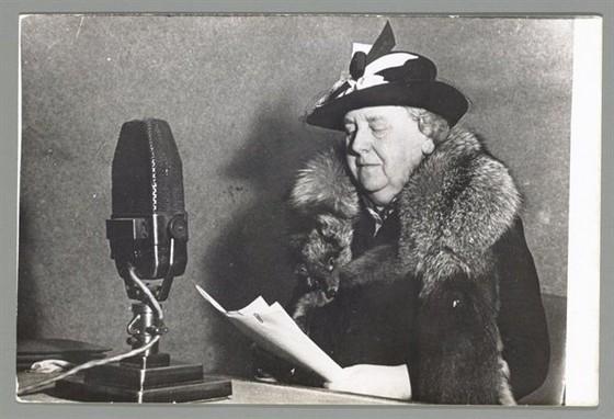 Koningin Wilhelmina spreekt tot het volk via Radio Oranje (cc - Nationaal Archief)