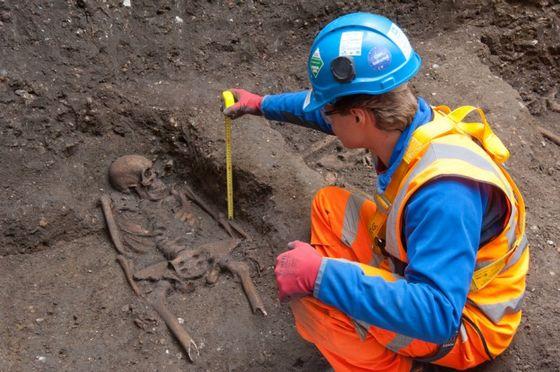 Archeoloog bij een van de gevonden skeletten - Foto: Crossrail