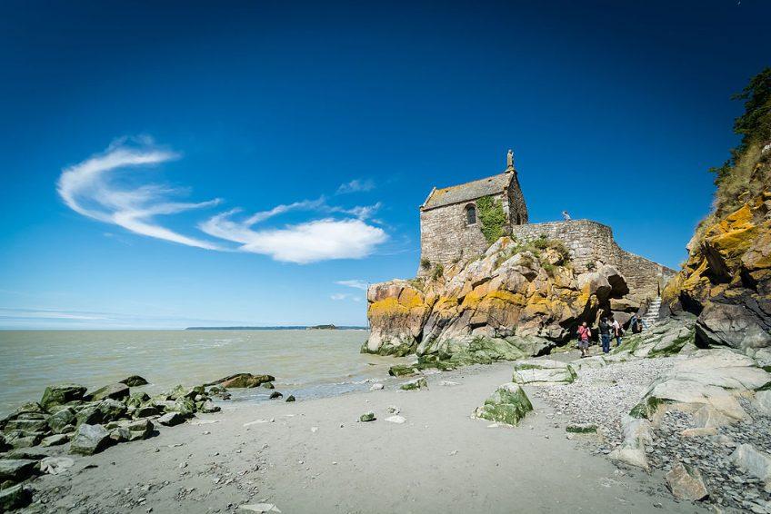 Zicht op kapel van Mont-Saint-Michel, foto gemaakt vanaf het eiland - cc
