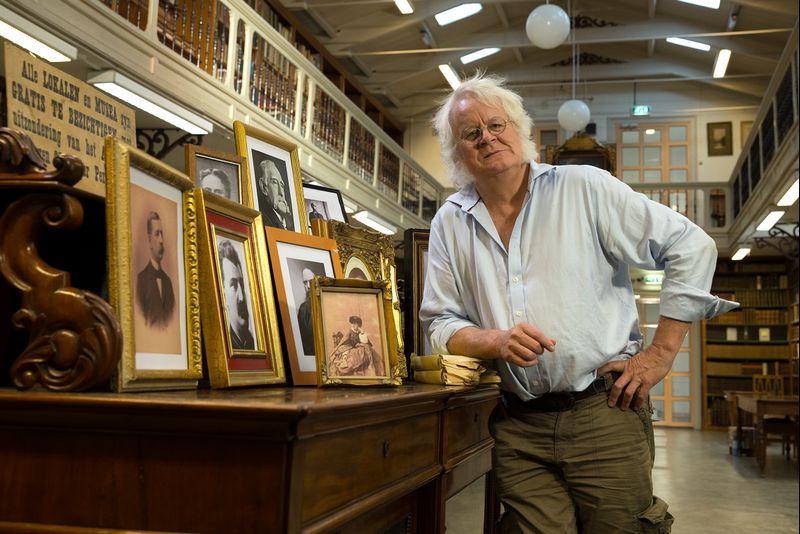 Redmond O'Hanlon bij zijn helden - Foto: VPRO / Matthieu van den Berg