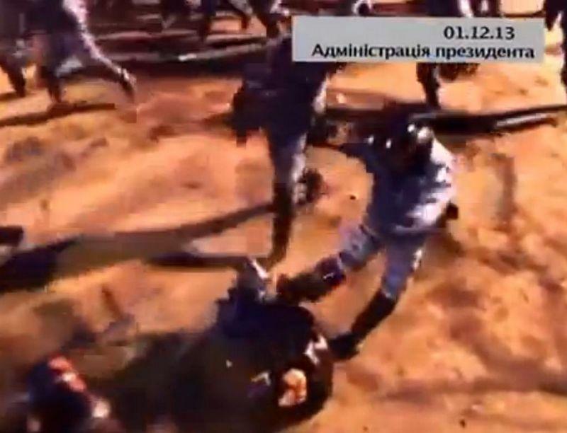 Een demonstrant krijgt op 1 december een rotschop van een lid van de oproerpolitie, waarna hij door andere collega's  wordt afgetuigd. (Beeld van video-opname)