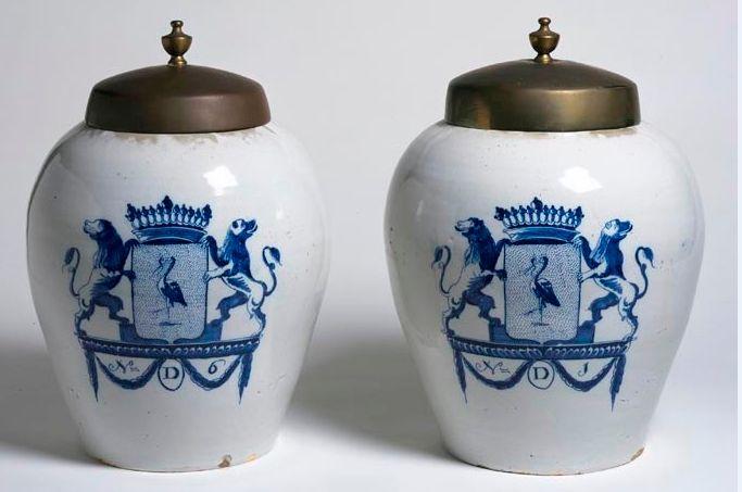 Tabakspotten, vervaardigd door de Delftse plateelbakkerij De Drie Klokken, 18de eeuw – Haags Historisch Museum