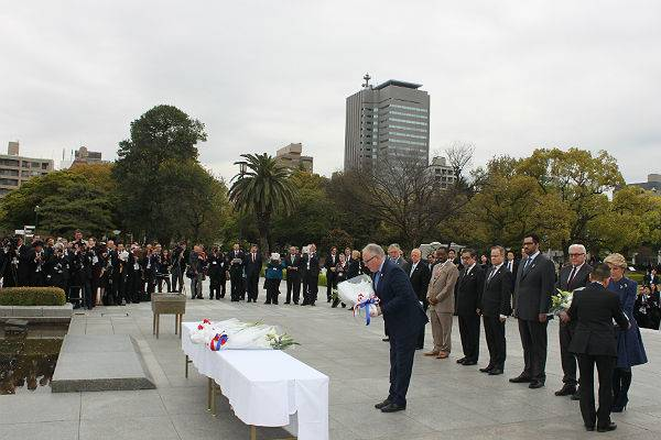 Minister Frans Timmermans legt bloemen bij het monument voor de slachtoffers van de atoombom op Hiroshima