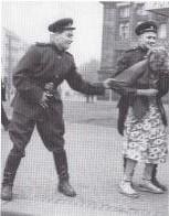 Sovjetsoldaten molesteren een Duitse vrouw in Leipzig, 1946.