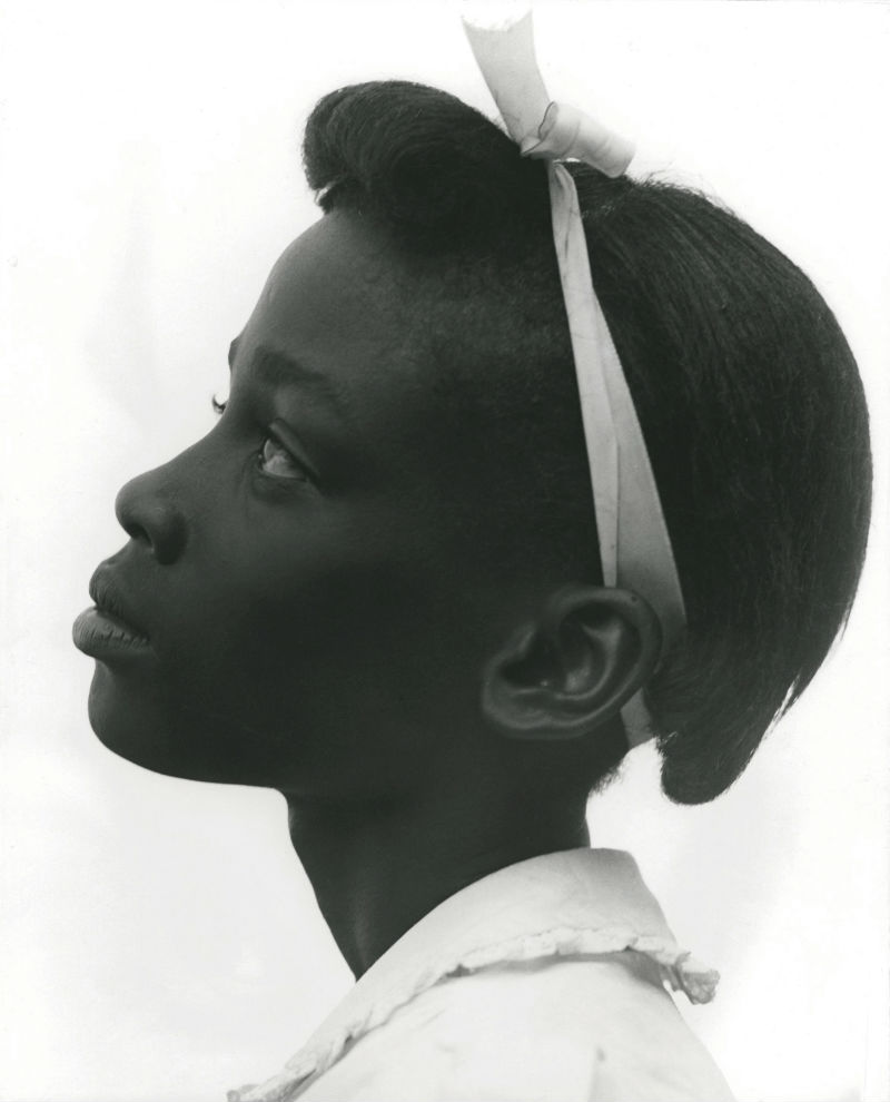 Consueolo Kanaga, Jeune fille de profil, 1948 © Consuelo Kanaga. Courtesy of Howard Greenberg Collection