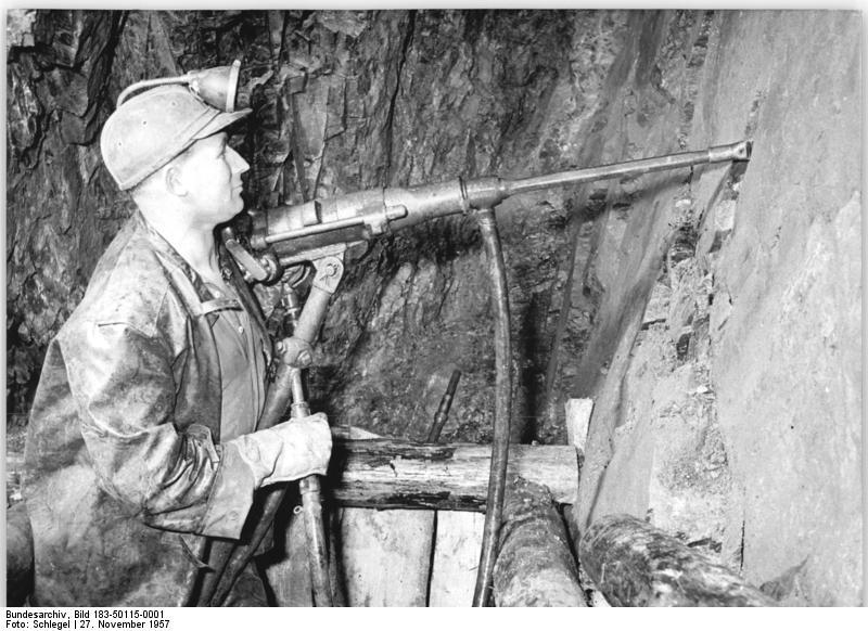 Een mijnwerker in de Wismut in 1957. (Deutsches Bundesarchiv)