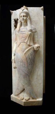 Sarcofaagdeksel met afbeelding van een dame - Foto: RMO