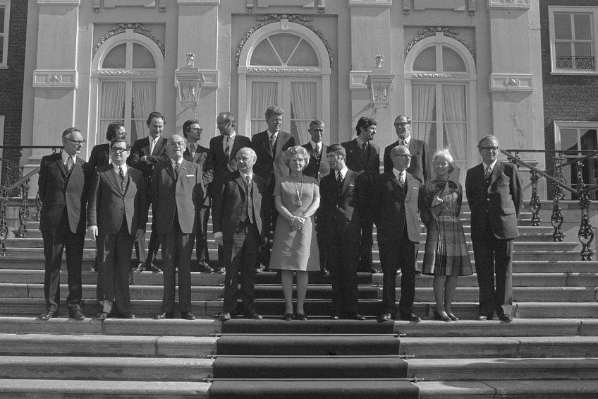 Bordesfoto van het kabinet-Den Uyl (Rijksoverheid)