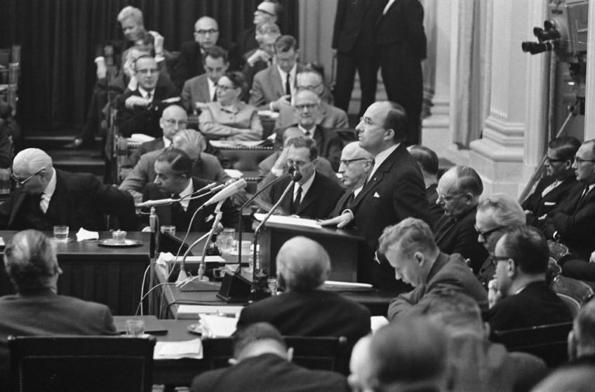 Premier Cals aan het woord bij het begin van de algemene beschouwingen op 13 oktober 1966 (cc - Anefo - NA - Kroon)