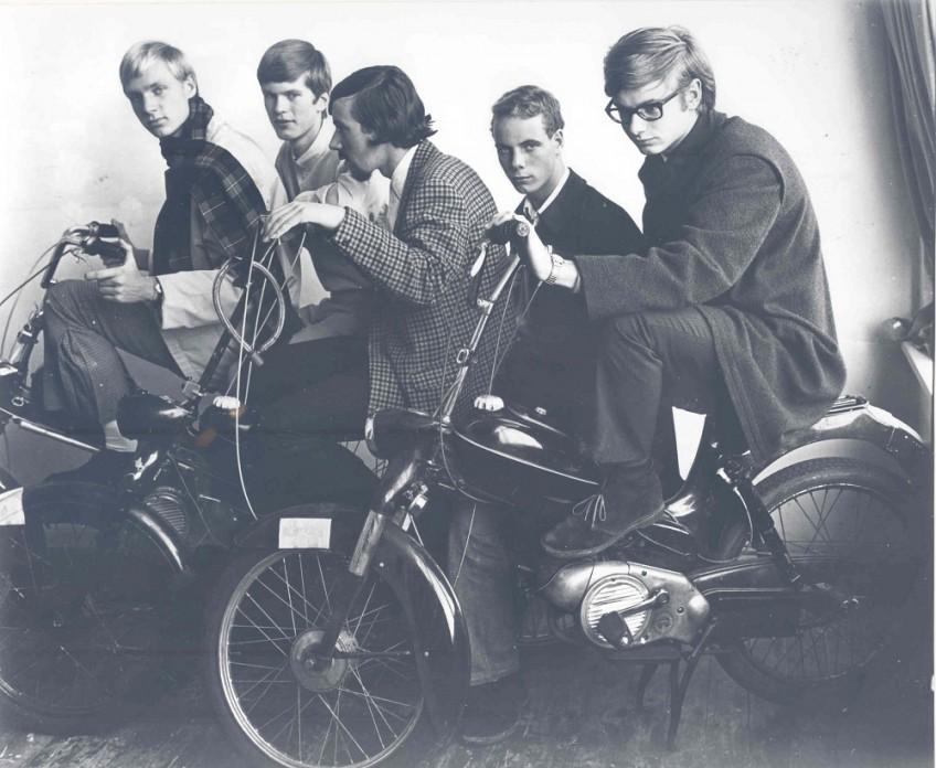 Haagse nozems met Puchs. ca. 1967. Marianne Dommisse. Haagse Beeldbank
