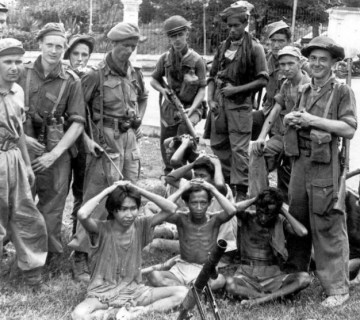 Nederlandse militairen met Indonesische gevangenen (javapost.nl)