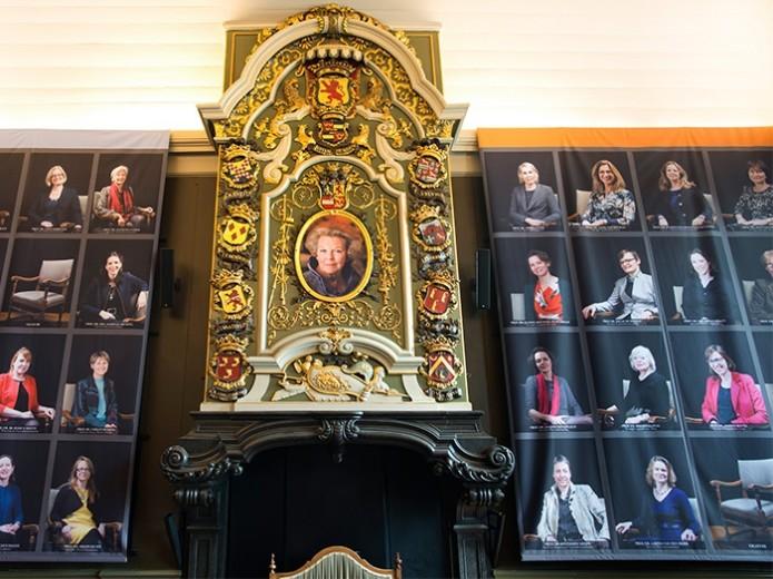 Vrouwen in historische Senaatskamer van de Universiteit Leiden (Universiteit Leiden)