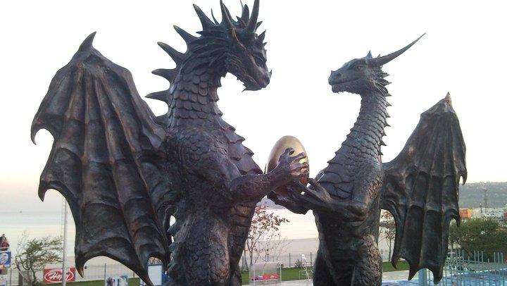 Beeld van twee draken in Varna, Bulgarije. Bron: Wikimedia