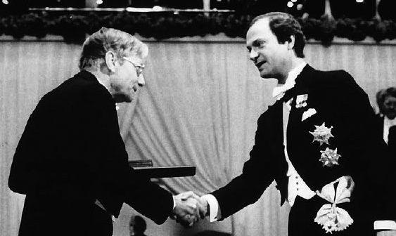 De uitreiking van de Nobelprijs aan Bloembergen door koning Karel Gustaaf van Zweden. Bron: Nico Bloembergen