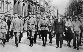 Slachtoffers van de willekeur van de nazi's: Ernst Thälmann (tweede van links), met naast hem Etkar André, hier samen tijdens een mars in Hamburg