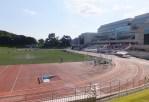 慶應日吉キャンパスには、日本陸上競技連盟の第4種公認の陸上競技場と協生館(右側)にはプールも完備