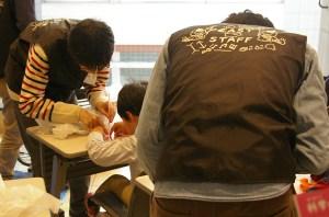 東大生のお兄さんたち、子どもの目線まできちんと下りて、丁寧に優しく手伝ってくれました