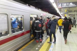 日吉駅の東横線4番ホーム(渋谷方面行)にはホームドアも柵もない