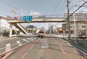 「ガスト南加瀬店」(南加瀬2)の近くにある「越路歩道橋」、車道から見える部分に愛称名を入れることができる(グーグルストリートビューより)