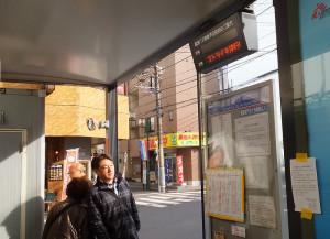 綱島駅東口の臨港バス・鶴見駅方面行の乗り場では、電光掲示板にも「スト決行中」の文字が流れていた