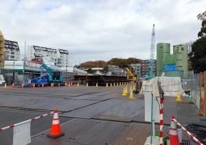地下駅の工事では地下水の浸入や地盤の緩みを防ぐ工法が採用されているという(新綱島駅の建設現場)