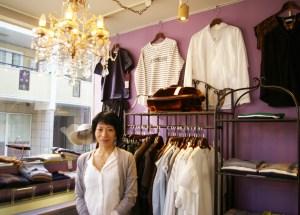 ファッション講座の講師も務めるなど、「日吉のファッション・アドバイザー」として活躍中の澤井さん。女性スタッフ4名とともに「ぜひご来店お待ちしています」とのこと
