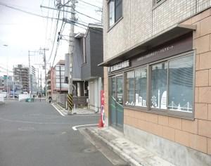場所は日吉駅から綱島街道沿い、川崎(仲の谷交差点)手前。チロル幼稚園に右折する道の角にある(写真:同事務所提供)