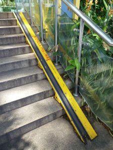 方便推單車上落樓梯的斜道(星加坡)bicycle pullway in Singapore