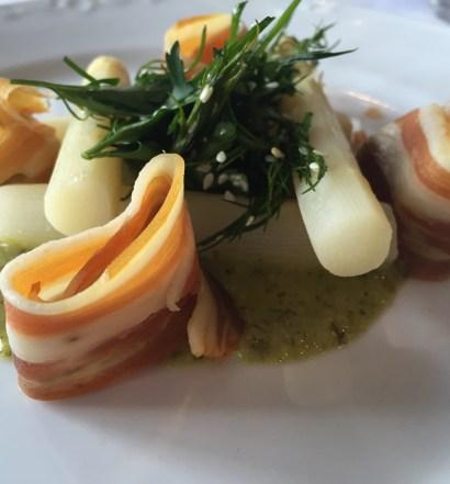 Hvide asparges serveret med Hindsholm bacon og grøn urte Beurre Blanc