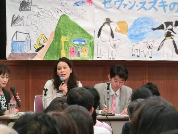 岡山トークセッションで話すセヴァン 子どもたちが描いた垂れ幕