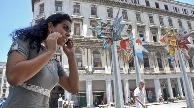 cuba-women-cellphone