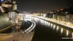 Una foto de Bilbao de noche