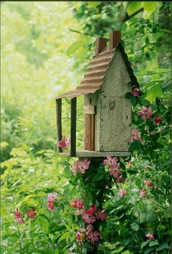 Декоративный птичий домик на дачном участке