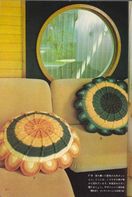 Вязанная диванная подушка крючком