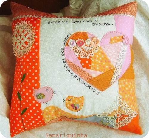 Подушка из лоскутов с сердечком