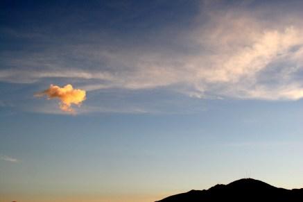 Au-dessus des collines, et des cimetières, les nuages captent la lumière
