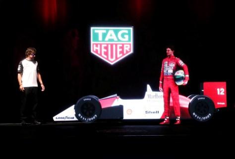 Fernando Alonso con el holograma de Senna bajo el logo de TAG Heuer