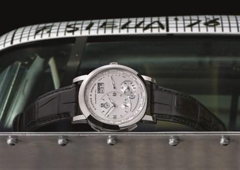 Lange 1 Time Zone oro blanco sobre el alerón del BMW Frank Stella